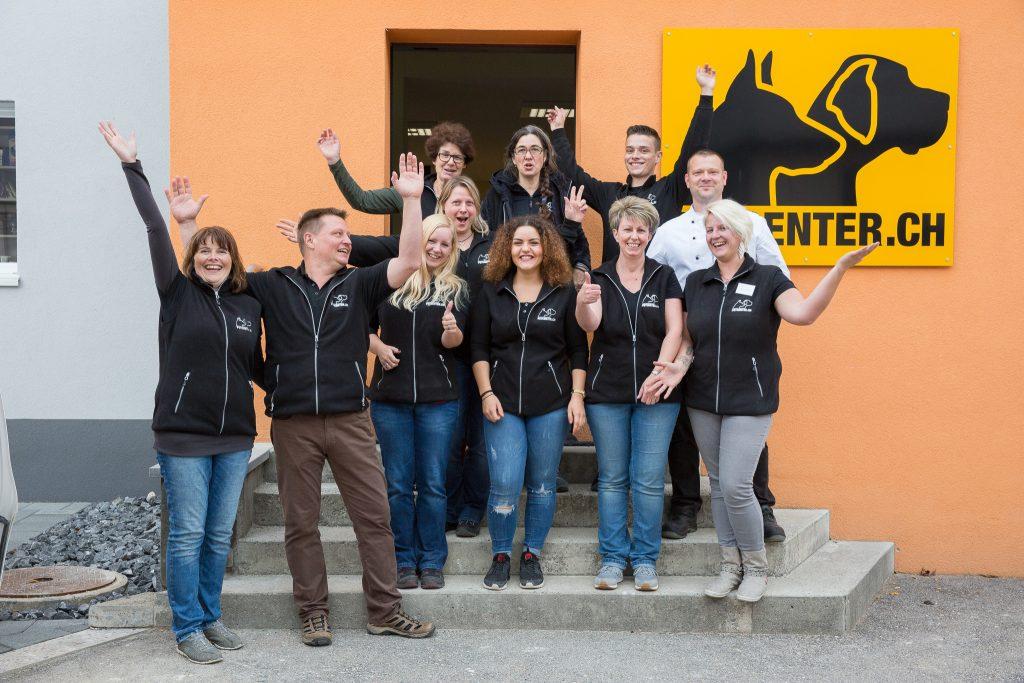 Das petcenter.ch Team vor ihrem Laden für Haustierzubehör in Niederbipp